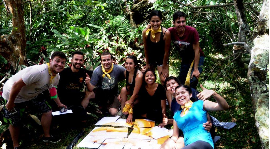 Un grupo de estudiante invitando a participar del Programa de Liderazgo de la UCR